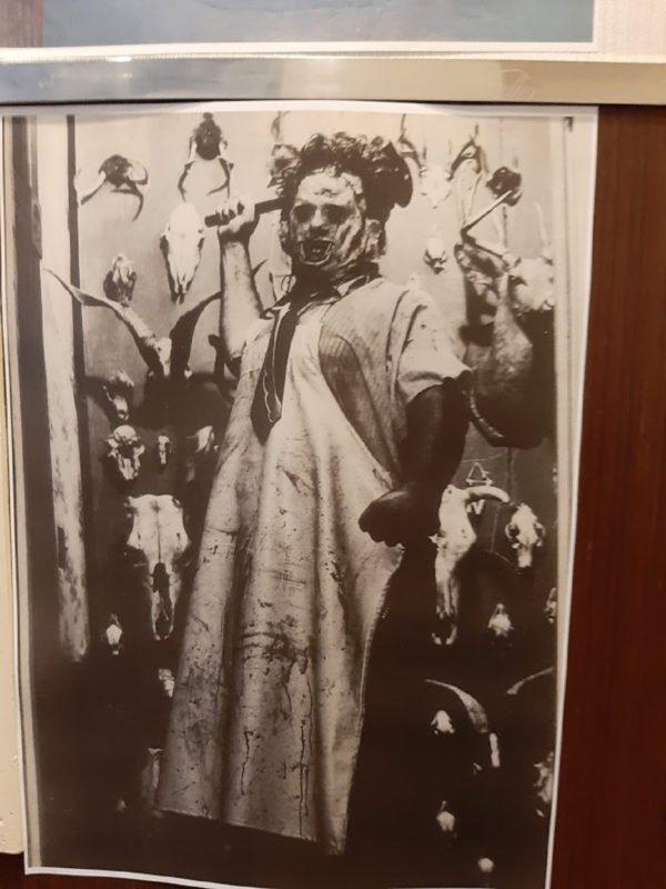 映画『悪魔のいけにえ』のレザーフェイスのスティール写真