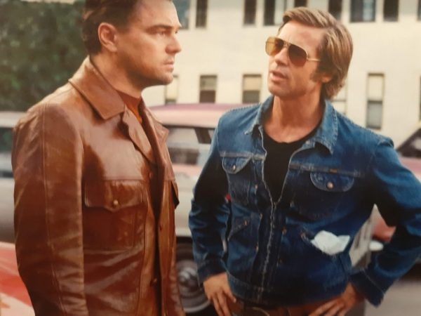 映画『ワンス・アポン・ア・タイム・イン・ハリウッド』のレオナルド・ディカプリオとブラッド・ピット