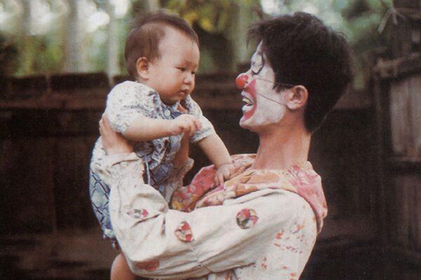 映画『坊やの人形』の一場面
